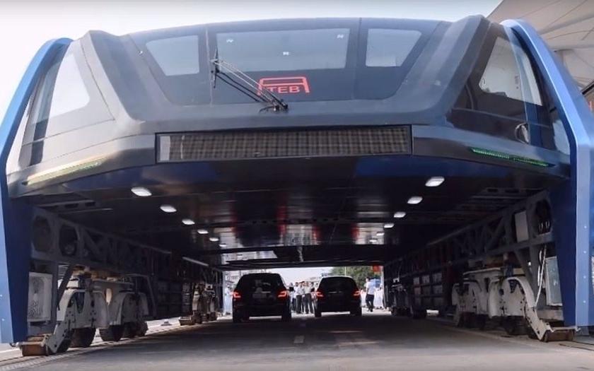 Video: Čína zahájila pilotní provoz obřího městského autobusu