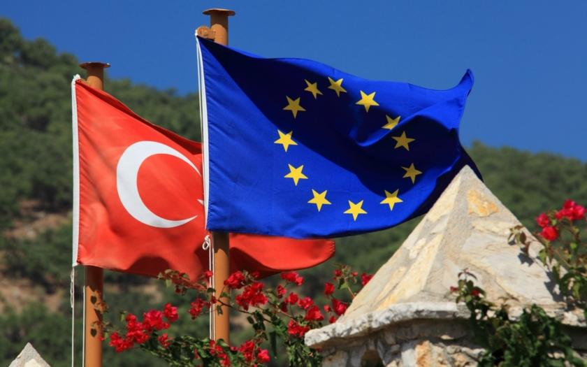 Turecké stíhačky ohrozily řecký vrtulník hlídkující nad vnější hranicí EU. Turecká pobřežní stráž napadla řeckou