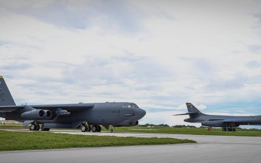 Video: Strategické bombardéry B-52, B-1 a B-2 nad Guamem