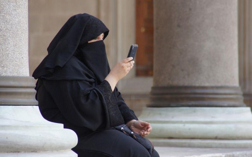 Rakousko přitvrzuje: Nezaměstnaní azylanti na veřejně prospěšné práce, zákaz úplného zahalování muslimských žen