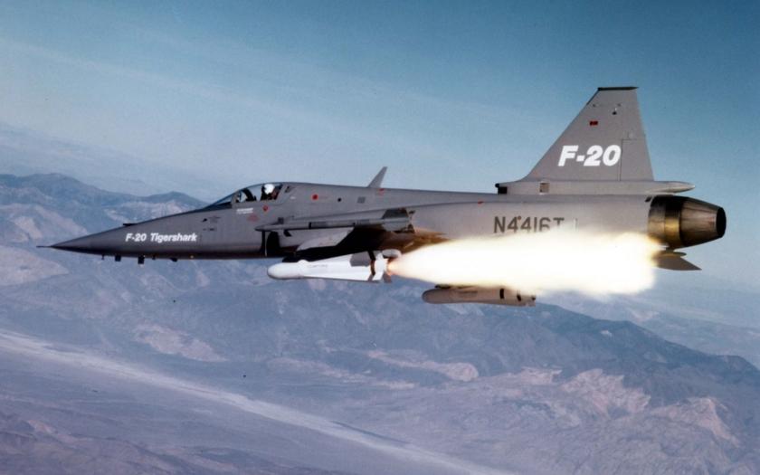 První let zapomenutého konkurenta F-16, stroje F-20 Tigershark se udál před 35 roky