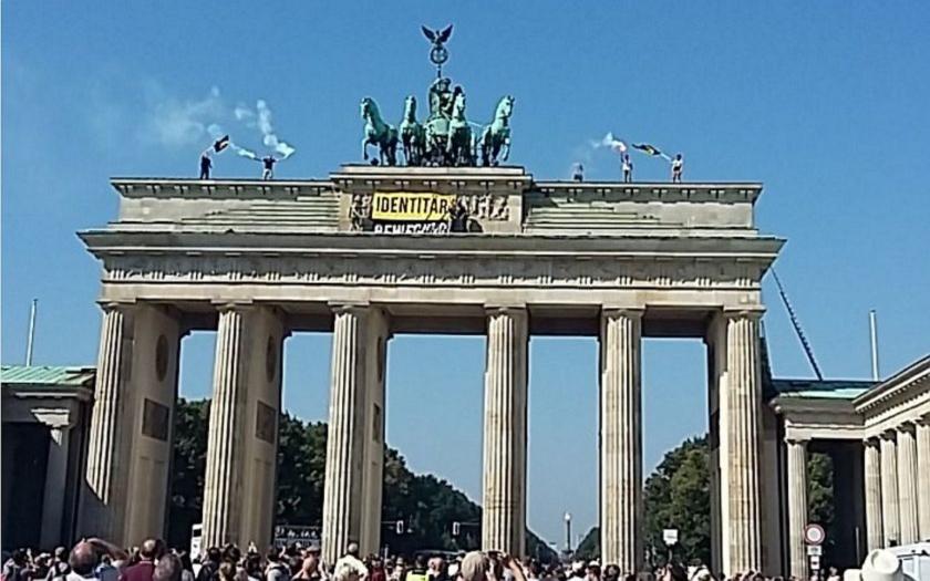 Protest proti islamizaci Německa. Radikálové obsadili Braniborskou bránu v Berlíně