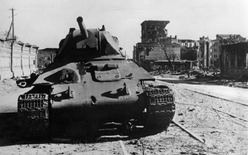 VIDEO: Tank T-34 s německými znaky vytažený z bahna. Po 60 letech!