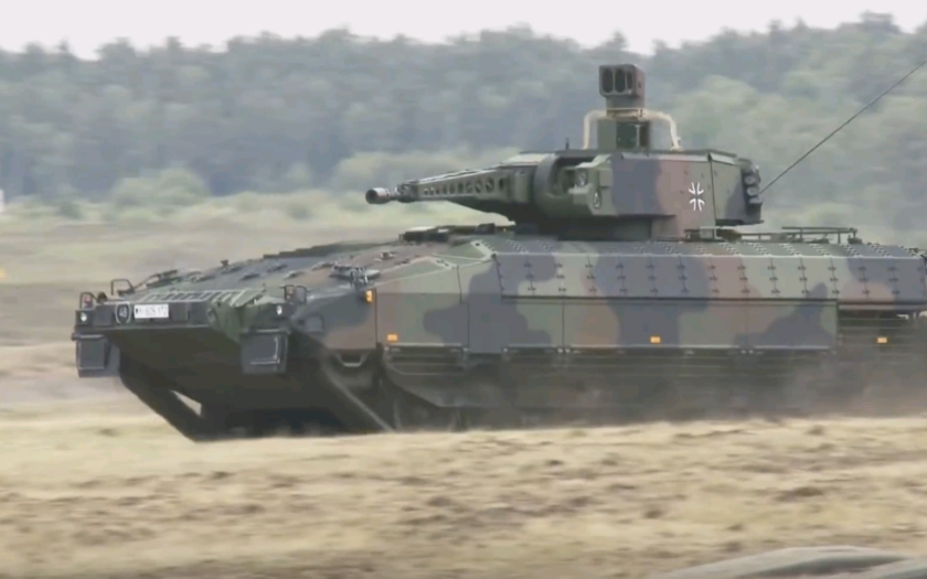 KOMENTÁŘ:  BVP pro českou armádu: Veletoč na genštábu za pět dvanáct. Kdo poslal nejlepší stroj z kola ven?