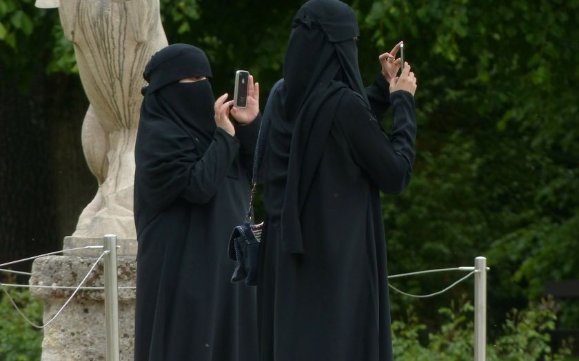 Německo schválilo zákon, který částečně zakazuje nošení burek