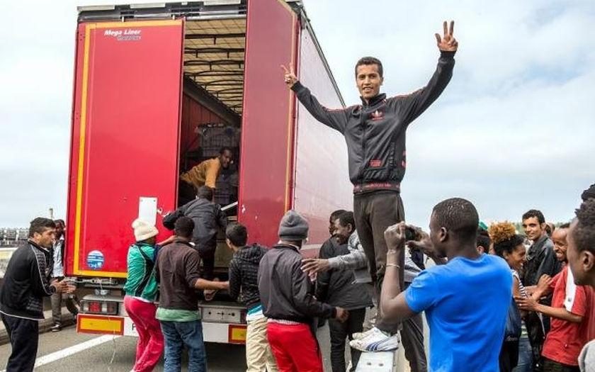 Uprchlík z Eritreje zahynul pod koly britského kamionu v Calais