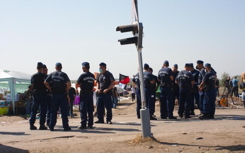 Padesát českých policistů pomůže střežit maďarské hranice před ilegálními migranty