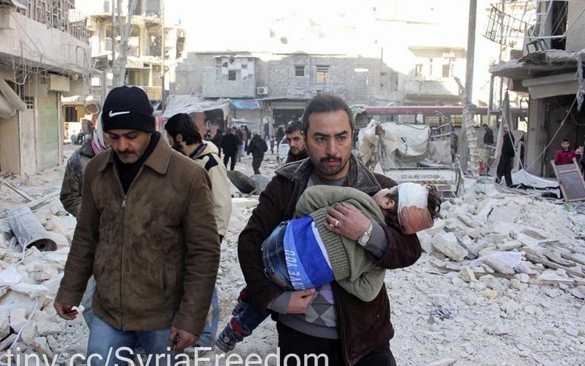 Video: V Sýrii zabíjely barelové bomby s jedovatým plynem