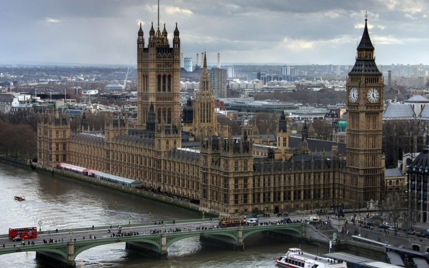 Kamery zachytili troch mladíkov v kapucni, ako strieľajú s brokovnicou na muža v Londýne