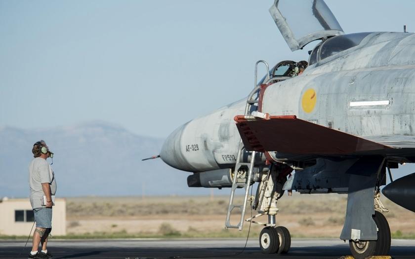40 let starý Phantom F-4 přežil útok F-35