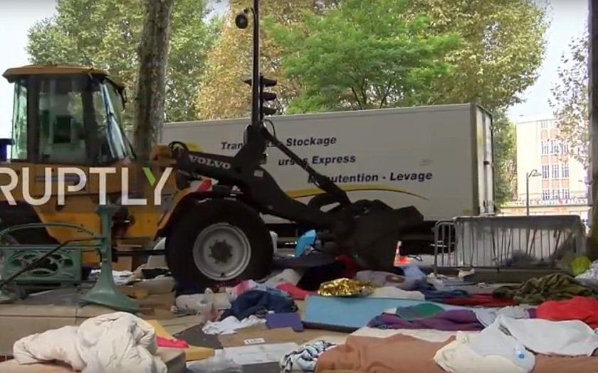 Video: Francouzské úřady opět likvidují nelegální uprchlický tábor v Paříži