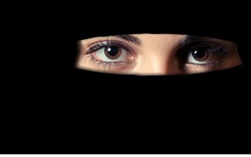 VIDEO: Teroristko, proč nosíš masku? Křičela na muslimku v nikábu v univerzitním areálu jiná žena