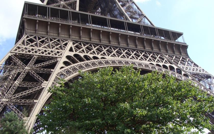 Gang surově znásilnil dívku pod Eiffelovou věží