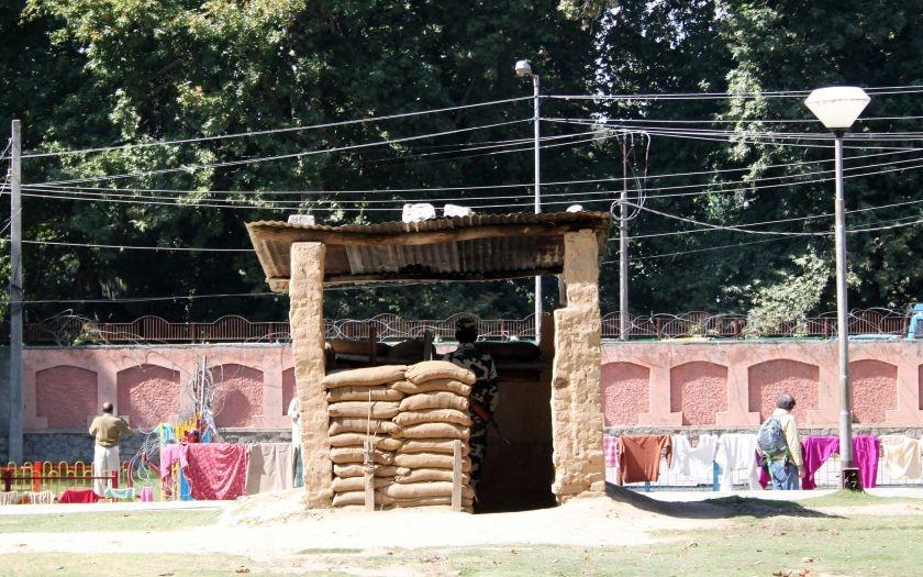 VIDEO: Ozbrojenci vtrhli na vojenskou základnu v Kašmíru a zabili 17 vojáků