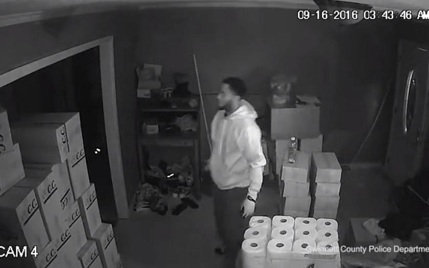 Video: Žena zastřelila ozbrojeného zloděje, další dva v panice utekli