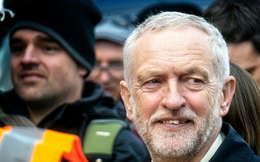 Corbyn zůstává v čele labouristů. Jeho sebevědomý vyzývatel neuspěl