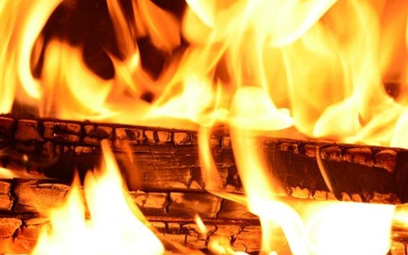 Tři lidé se zranili při rozsáhlém požáru obchodu na Novojičínsku