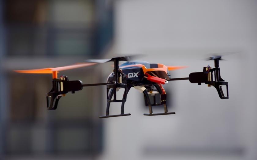 Bezdrátově napájený dron je na světě