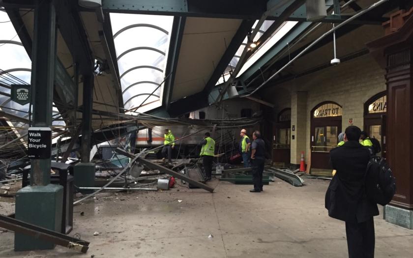Video: V New Jersey narazil vlak do nádraží, nejméně 100 raněných