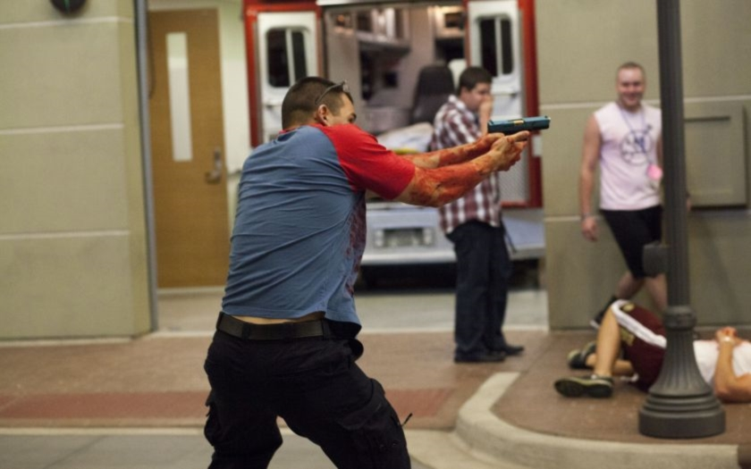 Jak přežít teroristický útok? Profesionálové radí jak postupovat při útoku střelnou zbraní