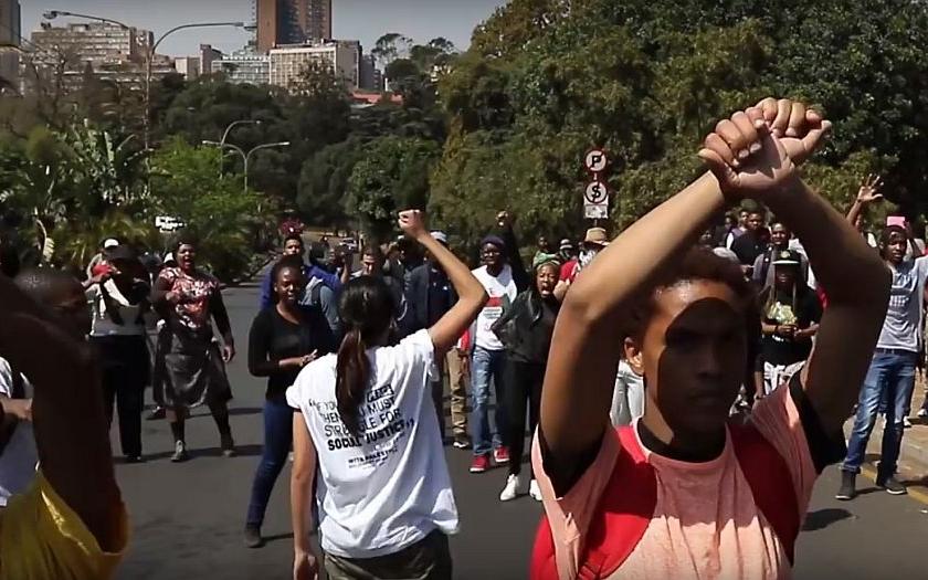 V Johannesburgu propukly studentské nepokoje, policie proti nim použila slzný plyn a omračovací granáty