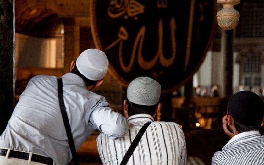Muslim ubodal svou manželku, protože pečovala o muže. Porušila tím prý islám