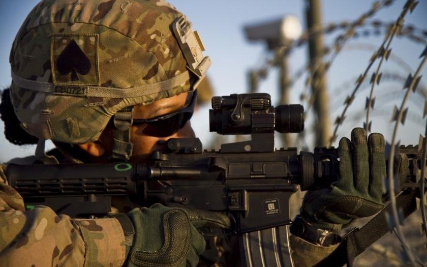 Američtí vojáci kradli vojenskou výzbroj a prodávali jí na eBay