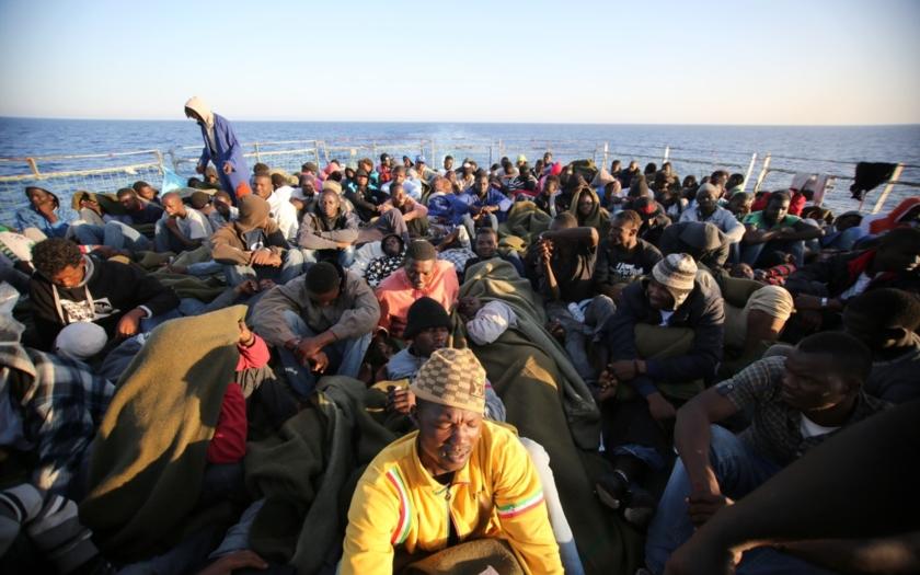 Pohraniční stráž Frontexu prý po migrantech ve Středozemním moři střílí ostrými