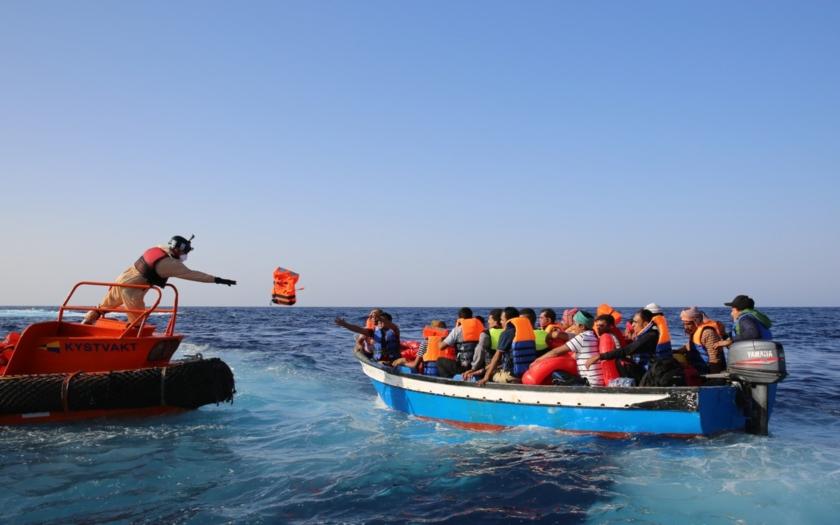 Frontex má chránit hranice EU, což se příliš nedaří. A tak funguje jako cestovní agentura