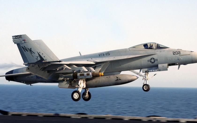 Video: Pohled z kokpitu americké stíhačky F-18 Super Hornet