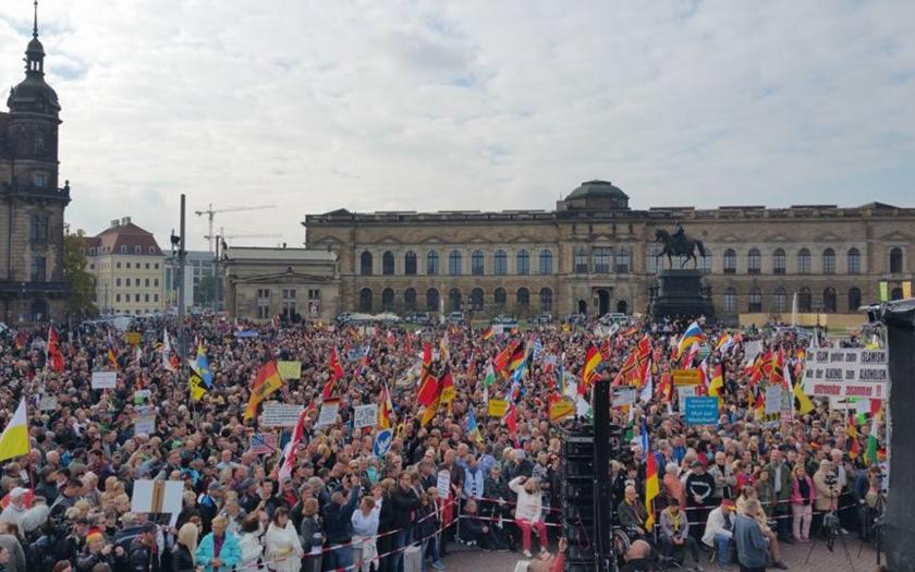 Tisíce prívržencov hnutia Pegida v Drážďanoch vyšlo do ulíc.