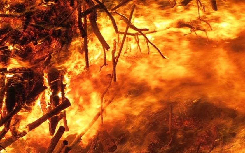 V horách nad chorvatským letoviskem Podgora vypukl rozsáhlý požár. Bojuje s ním 250 hasičů