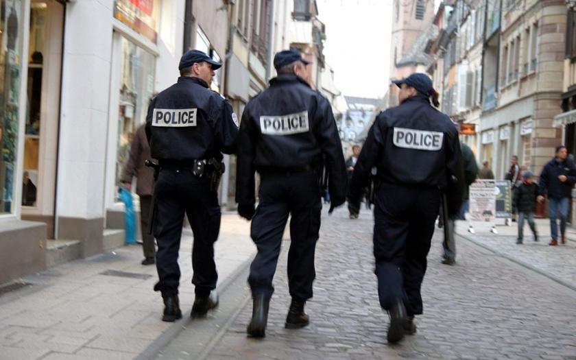 Francouzský ministr vnitra se zastal stávkujících policistů. Policejní šéf je chtěl potrestat