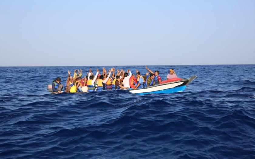 Střelba na migranty ve člunu u libyjského pobřeží