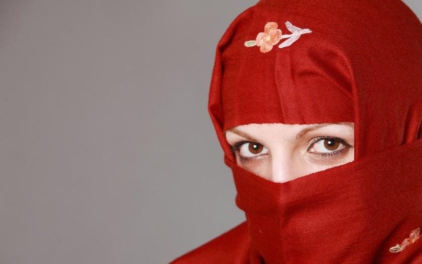 Několik muslimských žen bylo krutě zbičováno podle práva šaría. Dopouštěly se intimností na veřejnosti.