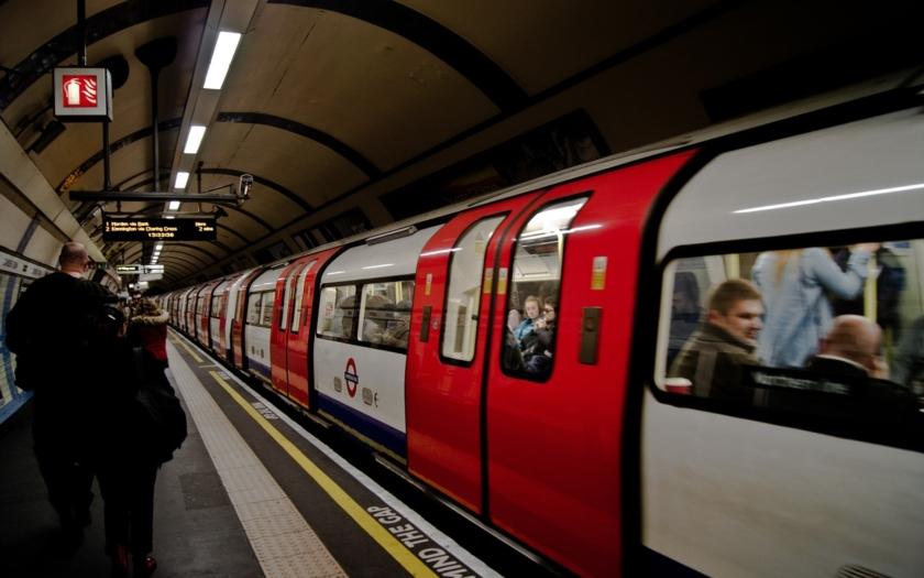 Stanice metra Parsons Green, kde došlo k útoku, je zase otevřena
