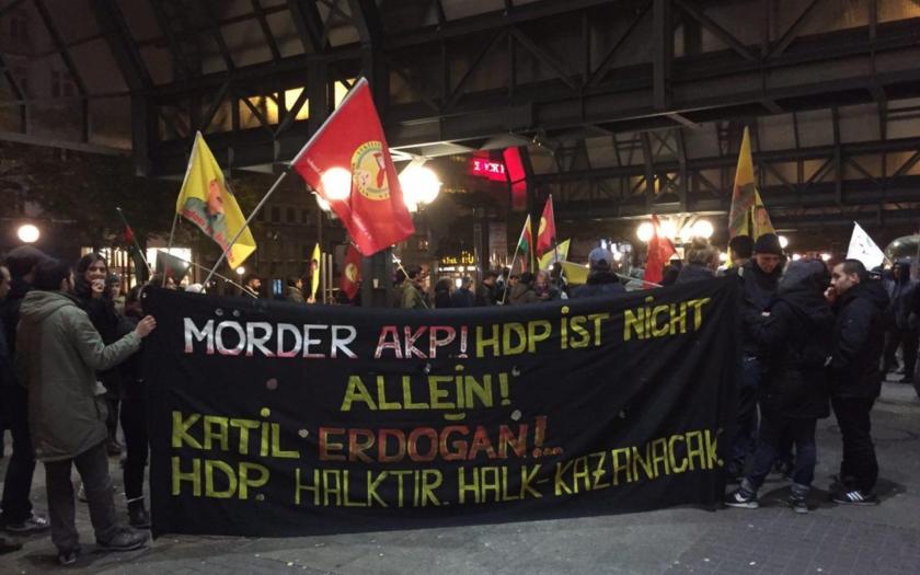 (VIDEA) Kurdi vyšli do ulíc v metropolách Európy