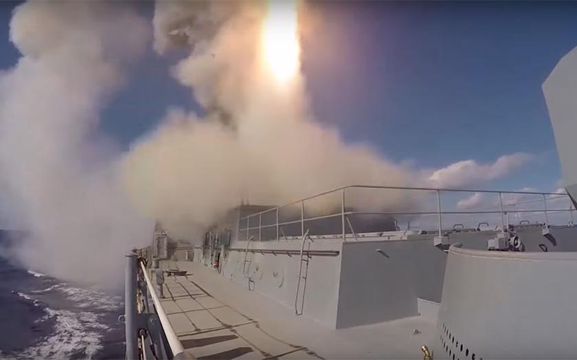 Video: Ruská loď útočí střelami Kalibr a Onyx na teroristy v Sýrii