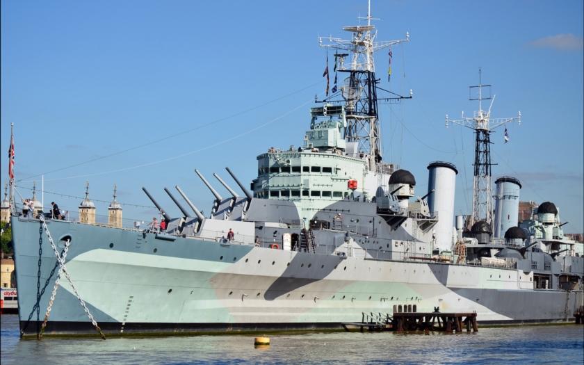 V Kremlu praskají smíchy, britská Royal Navy se vrací k dělové výzbroji