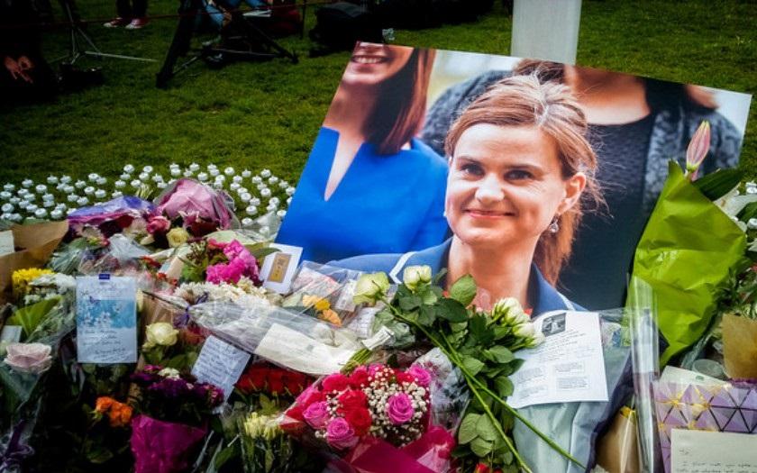 Zavražděná labouristická poslankyně Jo Coxová byla nejméně patnáctkrát bodnuta a třikrát střelena do hlavy, odhalilo další vyšetřování