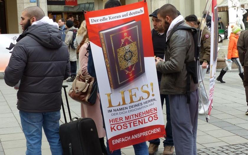 Rakouský ministr vnitra požaduje zákaz distribuce koránu