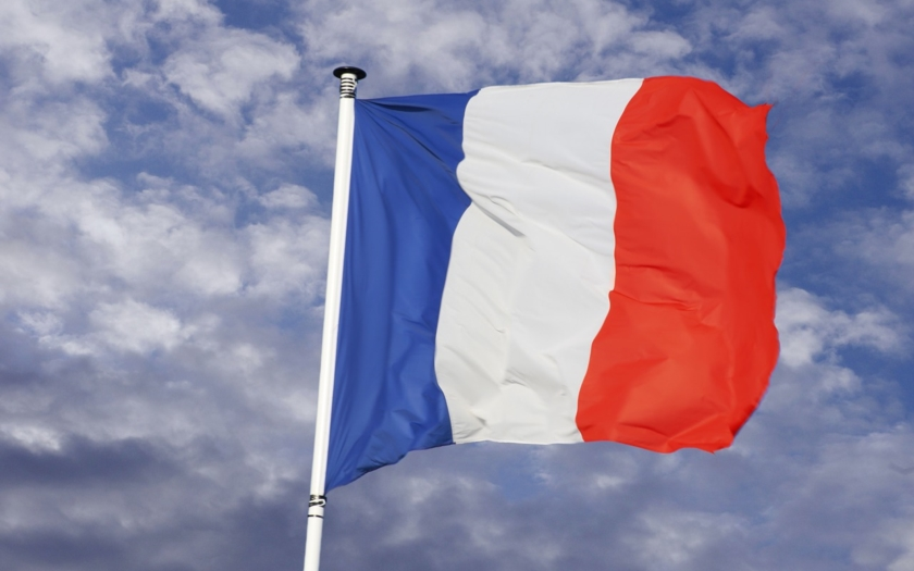 Francouzi volí pravicového kandidáta na prezidenta. Lidé čekají ve frontách