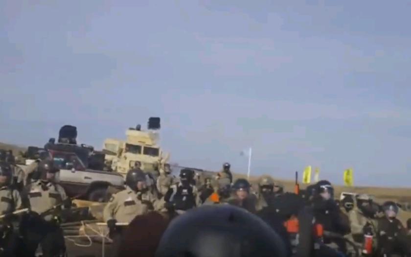 Neprimeraný zásah americkej polície, voči demonštrantom v Dakote