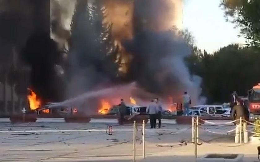 Sebevražedná atentátnice se odpálila před vládní budovou v Turecku