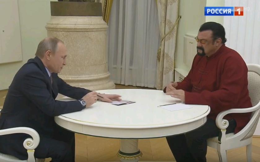 (VIDEO) Putin odovzdáva ruský pas Stevenovi Seagalovi