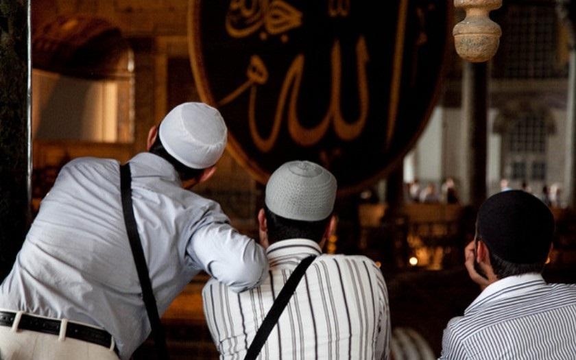 Karta se obrací. Štvanou zvěří se začínají stávat muslimové
