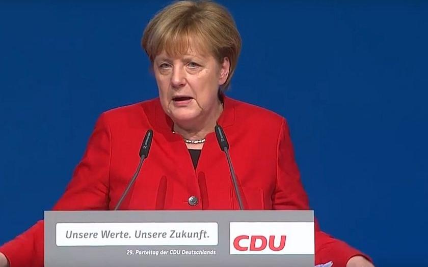 Merkelová změnila rétoriku o uprchlících a zvítězila ve stranických volbách