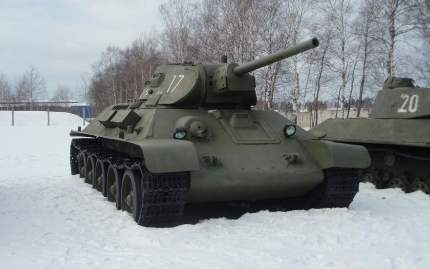 VIDEO: Legendární tank T-34 driftuje na sněhu