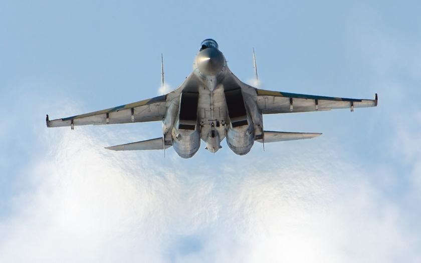 Stíhačky Su-35 dorazili na leteckú základňu pri fínskych hraniciach (VIDEO)