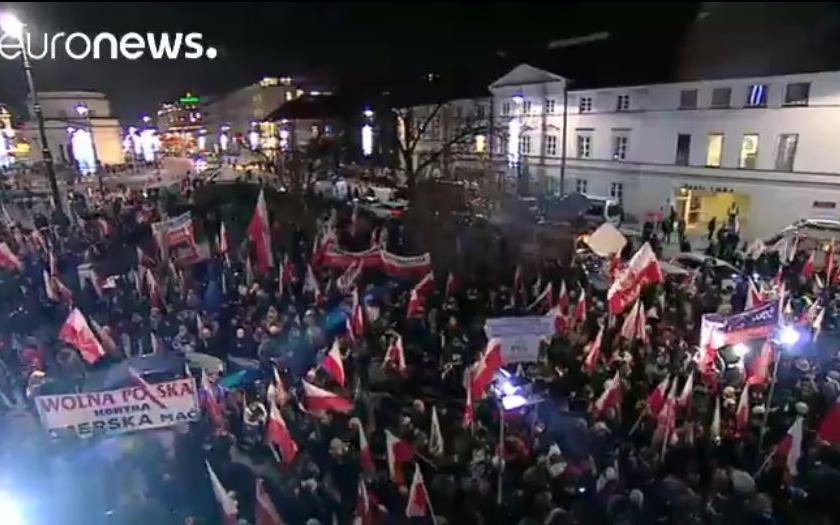 Desetitisíce Poláků vyšly do ulic na protest proti vládě, která &quote;omezuje demokratické svobody&quote;